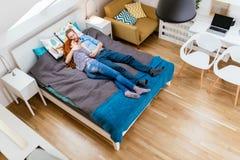 Belle coppie che si trovano sul letto e sul riposo Fotografie Stock