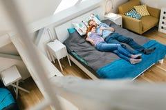 Belle coppie che si trovano sul letto e sul riposo Immagine Stock Libera da Diritti