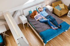 Belle coppie che si trovano sul letto e sul riposo Fotografia Stock Libera da Diritti