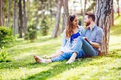 Belle coppie che studiano insieme per gli esami Fotografia Stock Libera da Diritti