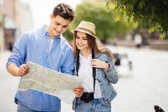 Belle coppie che viaggiano e che fanno un giro turistico nella nuova città fotografia stock libera da diritti