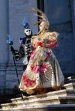 Belle coppie in costumi variopinti e nelle maschere, Santa Maria della Salute Fotografie Stock
