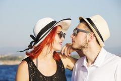 Belle coppie degli amanti che navigano su una barca Due modelli di moda che posano su una barca a vela al tramonto Fotografie Stock Libere da Diritti