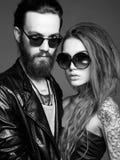 Belle coppie di modo in occhiali da sole fotografie stock