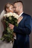 Belle coppie di nozze che posano nello studio Immagine Stock