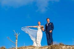 Belle coppie di nozze che stanno su una collina Fotografie Stock