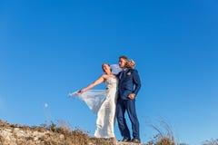Belle coppie di nozze che stanno su una collina Immagine Stock Libera da Diritti