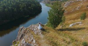 Belle coppie di nozze dello sposo e della sposa su una roccia video d archivio