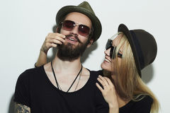 Belle coppie felici in cappello che indossa insieme i vetri d'avanguardia Immagini Stock