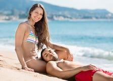Belle coppie felici che prendono il sole Immagine Stock