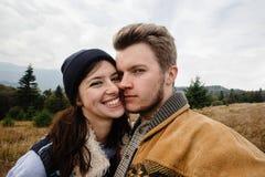 Belle coppie felici tenere di viaggio alla moda nelle montagne Immagine Stock Libera da Diritti