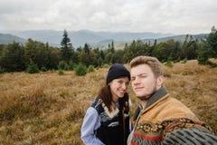 Belle coppie felici tenere di viaggio alla moda nelle montagne Fotografie Stock
