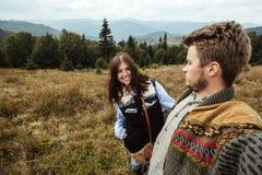 Belle coppie felici tenere di viaggio alla moda nelle montagne Fotografie Stock Libere da Diritti