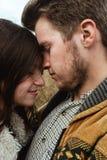 Belle coppie felici tenere di viaggio alla moda nelle montagne Immagini Stock Libere da Diritti