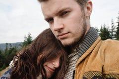 Belle coppie felici tenere di viaggio alla moda nelle montagne Fotografia Stock