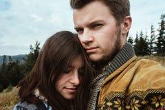 Belle coppie felici tenere di viaggio alla moda nelle montagne Fotografia Stock Libera da Diritti