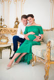 Belle coppie i genitori in attesa del bambino Cuore sulla pancia incinta Immagine Stock