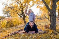 Belle coppie marryed bianche che si trovano su un plaid e su un sorridere fotografie stock