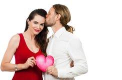 Belle coppie nel cuore di amore della tenuta di amore immagini stock