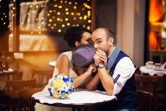 Belle coppie nel ristorante, cappello fotografia stock libera da diritti