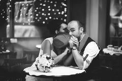 Belle coppie nel ristorante, cappello fotografie stock libere da diritti