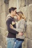 Belle coppie nell'amore che bacia sul vicolo della via che celebra giorno di biglietti di S. Valentino Immagine Stock Libera da Diritti