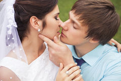 Belle coppie nell'amore Giorno delle nozze Vestito da cerimonia nuziale Tiffany bl Fotografia Stock Libera da Diritti