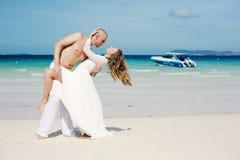 Belle coppie nell'amore vicino al mare immagini stock libere da diritti