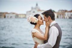 Belle coppie nuziali al tramonto sulle vie di Venezia Fotografie Stock Libere da Diritti