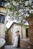 Belle coppie nuziali al tramonto sulle vie di Venezia Fotografia Stock Libera da Diritti