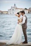 Belle coppie nuziali al tramonto sulle vie di Venezia Immagine Stock