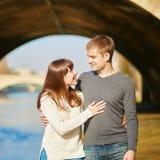 Belle coppie a Parigi che cammina dalla Senna Immagine Stock