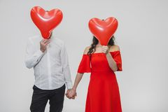 Belle coppie romantiche isolate su fondo bianco Fronte vicino attraente dei palloni dell'uomo e della giovane donna fotografie stock