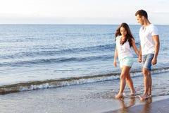 Belle coppie sulla spiaggia Fotografie Stock Libere da Diritti