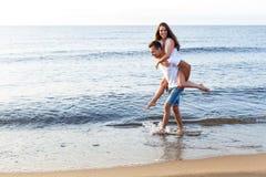 Belle coppie sulla spiaggia Immagine Stock Libera da Diritti