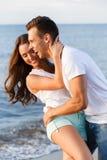 Belle coppie sulla spiaggia Fotografie Stock