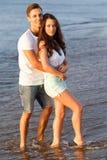 Belle coppie sulla spiaggia Immagine Stock