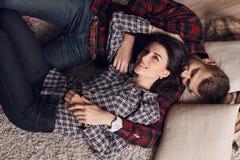 Belle coppie tenere in abbigliamento casual, rilassantesi a casa Immagini Stock Libere da Diritti