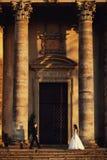 Belle coppie in vestito da sposa all'aperto vicino alla chiesa antica Immagine Stock