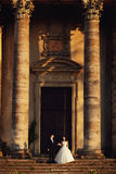 Belle coppie in vestito da sposa all'aperto vicino alla vecchia chiesa vittoriana Fotografie Stock Libere da Diritti