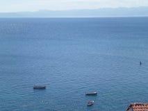 Belle couleur bleue de lac Ohrid un jour ensoleillé comme vu de la vieille ville d'Ohrid Images libres de droits