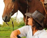 Belle cow-girl avec son cheval Photos stock