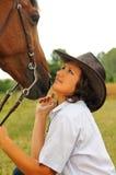 Belle cow-girl avec son cheval Photographie stock libre de droits