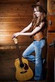 Belle cow-girl caucasienne avec la guitare Images libres de droits
