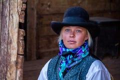 Belle cow-girl dans la scène occidentale Image libre de droits