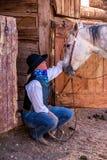 Belle cow-girl dans la scène occidentale Photos libres de droits