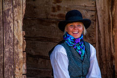 Belle cow-girl dans la scène occidentale Photo stock