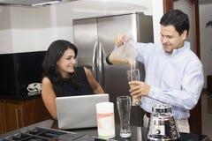 belle cuisine à cuire deux de couples Images libres de droits