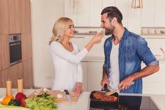 Belle cuisson de couples Photos libres de droits
