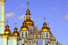Belle cupole dorate su un vecchio tempio contro il cielo Fotografie Stock Libere da Diritti